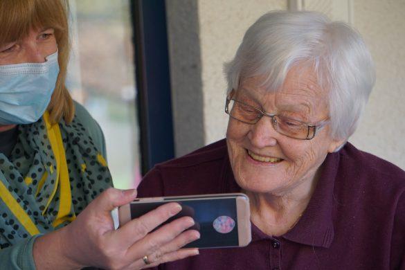Les personnes âgées ont besoin de compagnie au quotidien
